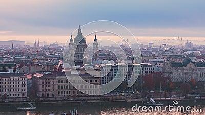 Vista panorámica de Budapest en otoño Muelle del Danubio y Catedral de San Esteban almacen de metraje de vídeo