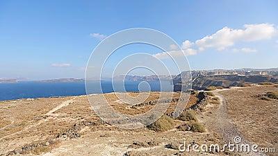 Vista panorámica de los pueblos situados en los tops de colinas alrededor del Mar Egeo, Santorini metrajes