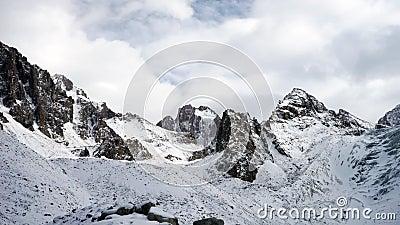 Vista panorâmica das montanhas do inverno kyrgyzstan Alá-Archa vídeos de arquivo