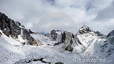 Vista panorâmica das montanhas do inverno kyrgyzstan Alá-Archa filme