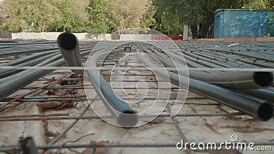 Vista panorâmica dos tubos-espuma Construção de nova pista de patinagem com gelo artificial Preparação para o lazer de inverno Fe vídeos de arquivo