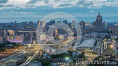 Vista panoramica alla notte della stazione ferroviaria di Kiev al timelapse di giorno ed alla città moderna a Mosca, Russia stock footage