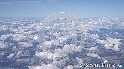 Vista panoramica dalla finestra del velivolo Volando sopra bellissime nuvole Ultra HD archivi video