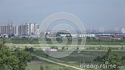 Vista panoramica delle nuove costruzioni e regioni industriali di San Pietroburgo con altezze di Pulkovsky video d archivio