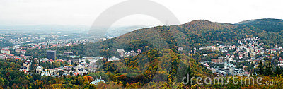 A vista panorâmico de Karlovy varia no outono