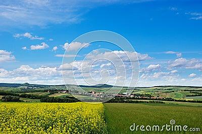 Vista pintoresca del área montañosa del campo