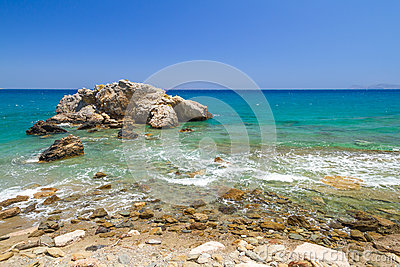 Vista rocciosa della baia con la laguna blu su Creta