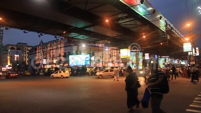 Vista serale di Acharya Jagadish Chandra Bose Rd Flyover a Kolkata, India stock footage