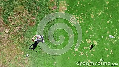 Vista superior de una huelga del golf hecha por el golfista de sexo masculino almacen de video