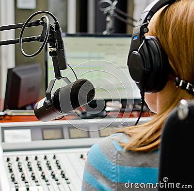 Vista trasera del funcionamiento de DJ de la hembra