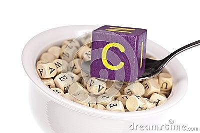 Vitamin-reiche Alphabetsuppe, die Vitamin C kennzeichnet
