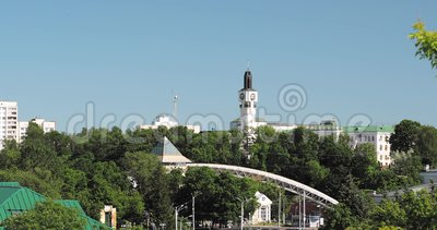 Vitebsk, Bielorrusia Vista aérea del edificio del consejo regional de Vitebsk de diputados Among Greenery In Summer Sunny Day almacen de video