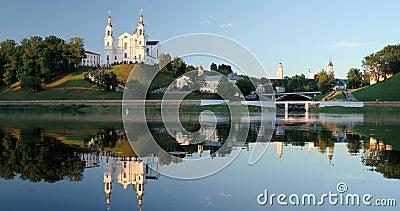 Vitebsk Vitryssland Antagandedomkyrkakyrka, stadshus, kyrka av uppståndelsen av Kristus och Dvina flod i sommar stock video