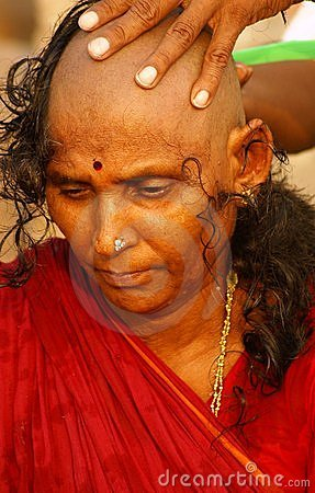 Viuda india - shavihg su cabeza Foto editorial
