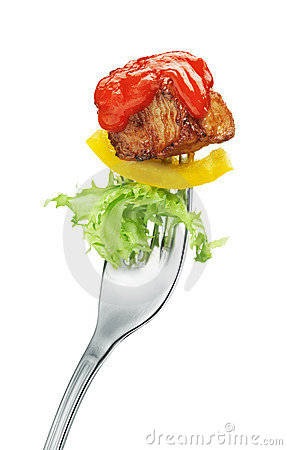 Vlees en salade op een vork