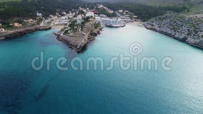 Vliegen over een mooie kust in Mallorca stock videobeelden