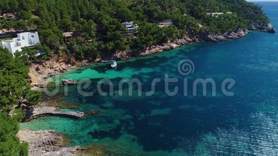 Vliegen over een mooie kust in Mallorca stock video
