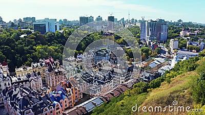 Vliegen over Vozdvizhenka, een deel van het conflict over Podol Oude, kleurrijke elithuizen in het centrum van Kiev Luchtbeelden stock videobeelden