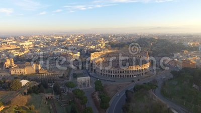 Vliegend over Colosseum, Rome, Italië Satellietbeeld van Roman Coliseum op zonsopgang stock videobeelden