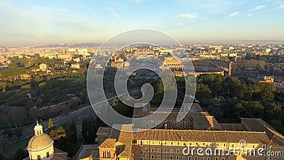 Vliegend over Colosseum, Rome, Italië Satellietbeeld van Roman Coliseum op zonsopgang stock video