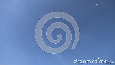 Vliegtuig in de hemel wordt ge?soleerd die stock footage