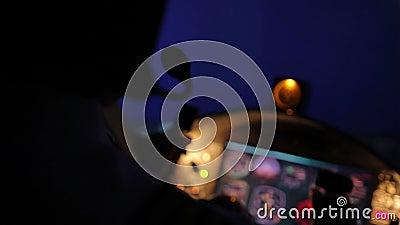 Vliegtuig die, de navigerende vliegtuigen van de vliegtuigkapitein, luchtvaart professioneel opstijgen stock video
