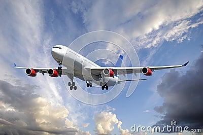 Vliegtuig en wolken