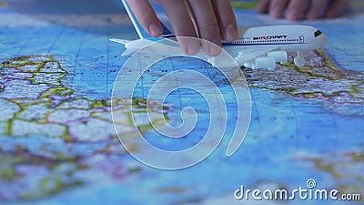 Vliegtuigen het model vliegen over wereldkaart, de diensten van het passagiersvervoer, luchtvaartlijn stock footage