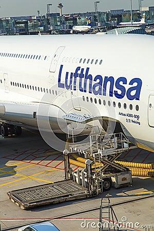 Vliegtuigen klaar voor het inschepen Redactionele Stock Afbeelding