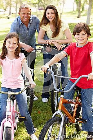 Vélos d équitation de famille en stationnement