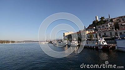 Vlotte passage van het varende schip langs de kust van Poros-eiland stock footage