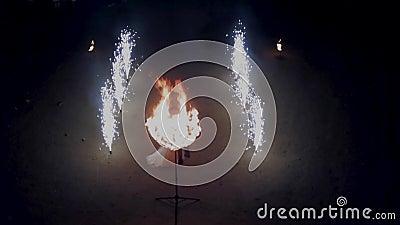 Vlucht over pyrotechniek en het vurige hart stock footage