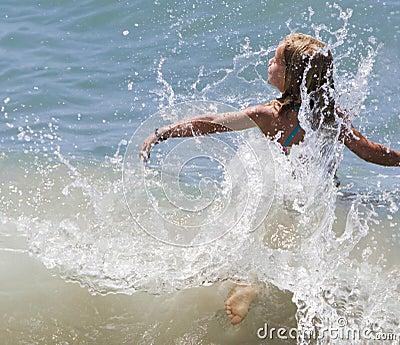 Vôo da menina através da onda