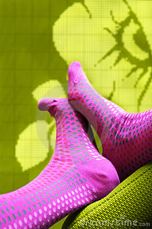 Voeten met gekleurde sokken