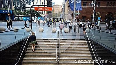 Voetgangers die Martin Place Metro Station, Sydney CBD, Australië verlaten stock footage