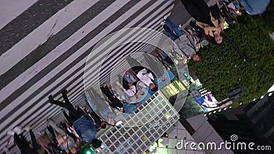 Voetgangers die op Shibuya die van de binnenstad lopen bij nacht 4K UHD kruisen stock videobeelden