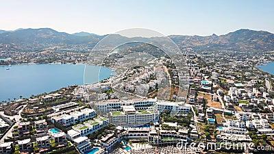 Vogelblick auf die Stadt mit Hotels und weißen Häusern an der Küste um 12.00 Uhr stock video