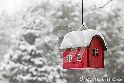 vogelhaus mit schnee im winter stockfoto bild 47638785. Black Bedroom Furniture Sets. Home Design Ideas