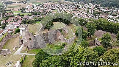 Vogelperspektive alten Donaustauf-Schlosses auf dem Hügel, Bayern, Deutschland Fliegenkreis stock video