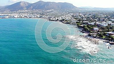 Vogelperspektive auf blauem Meer, Strand und zusammenstoßenden Wellen, Kreta, Griechenland stock video