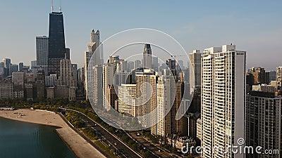 Vogelperspektive des Chicagos, Amerika auf dem Abstieg Drohnenfliegen weg von dem Stadtzentrum auf dem Ufer von Michigan See stock video