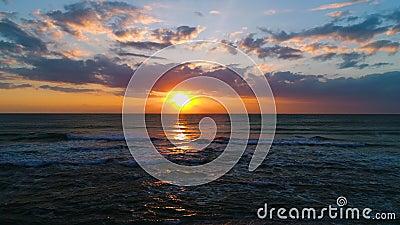 Vogelperspektive des Seesonnenaufgangs und des schönen cloudscape Fotograf mit Kamera auf dem Strand stock video