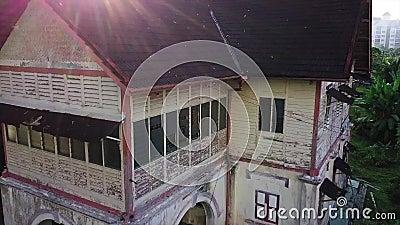 Vogelperspektive des verlassenen Hauses in Seremban Malaysia stock video footage