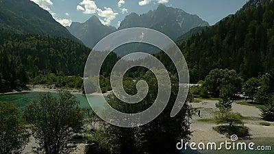 Vogelperspektive von Gebirgssee stock footage