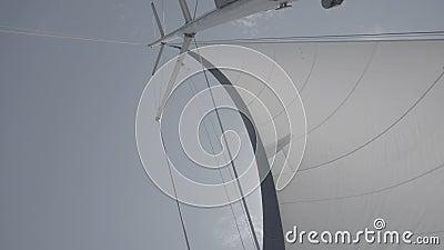 Voile blanche avec mât sur un yacht S-Log3 clips vidéos