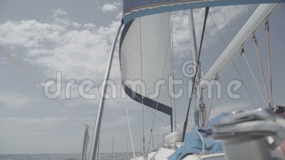 Voile blanche avec mât sur un yacht S-Log3 banque de vidéos