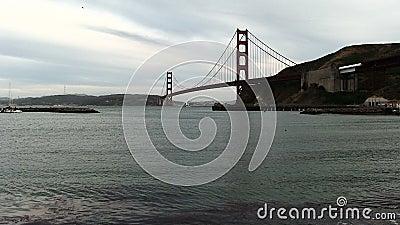 Voilier allant sous golden gate bridge San Francisco Bay clips vidéos