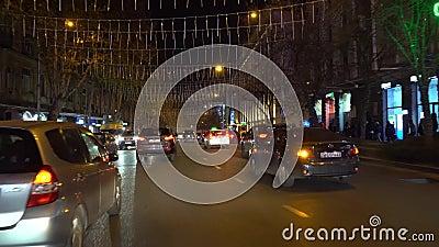 Voiture de nuit à Tbilissi avenue Kostava banque de vidéos