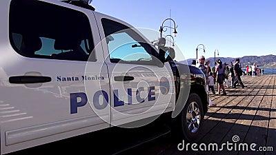 Voiture de police sur Santa Monica Pier LOS ANGELES banque de vidéos
