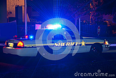 Voiture de shérif la nuit avec des lumières dessus